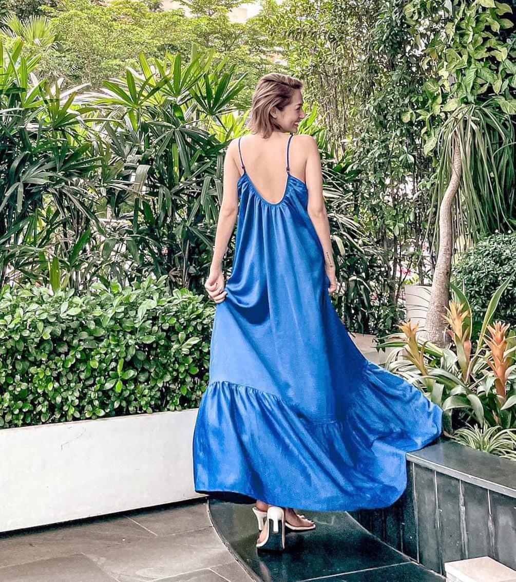 Chiếc váy của Bảo Anh che kín chân nhưng không vì thế mà cô trông nhàm chán. Chi tiết hở lưng giúp nữ ca sĩ khoe vẻ gợi cảm một cách khéo léo.