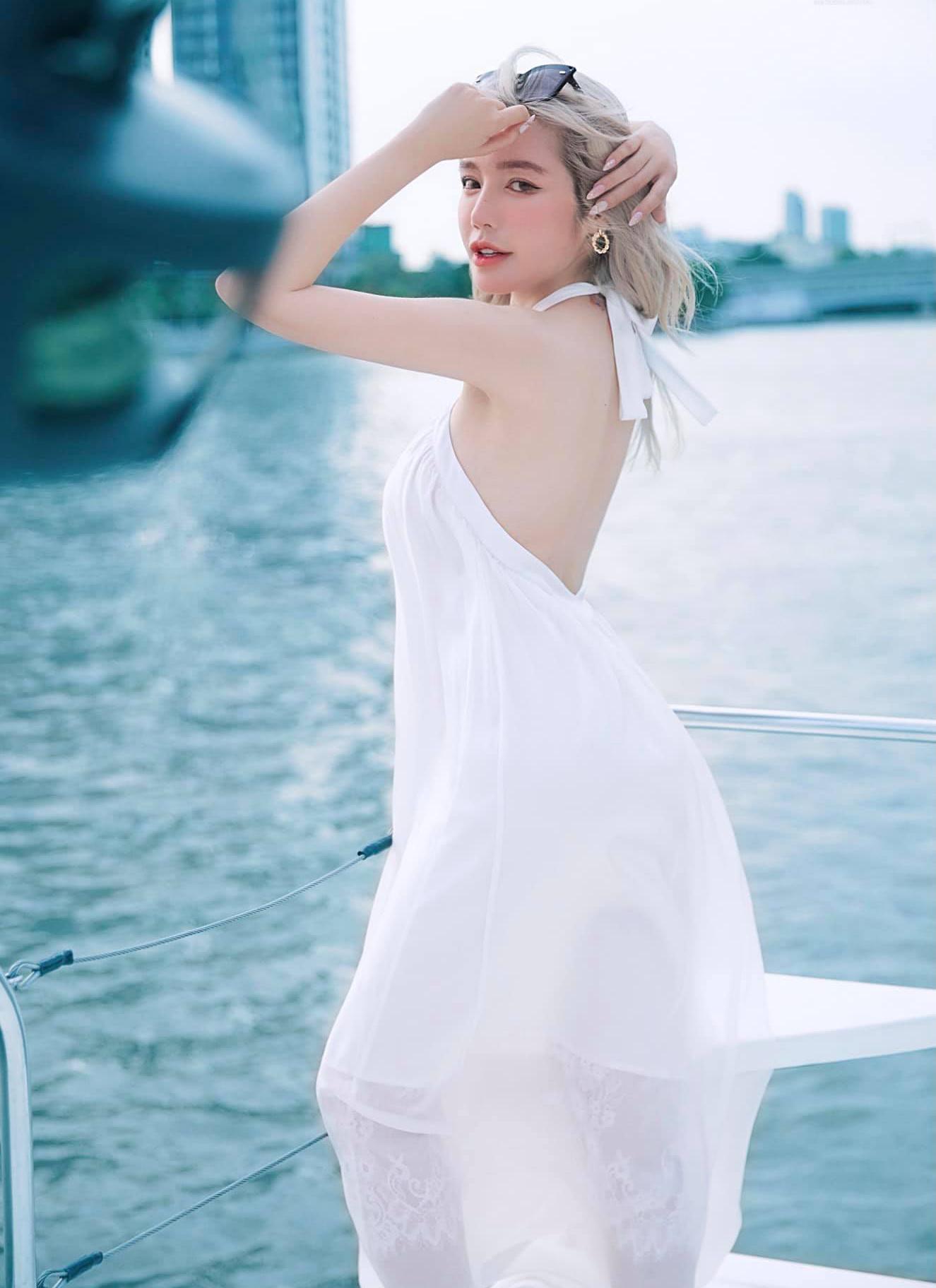 Elly Trần khoe lưng trần mướt mắt với chiếc váy yếm xuyên thấu mỏng manh, mát rượi.