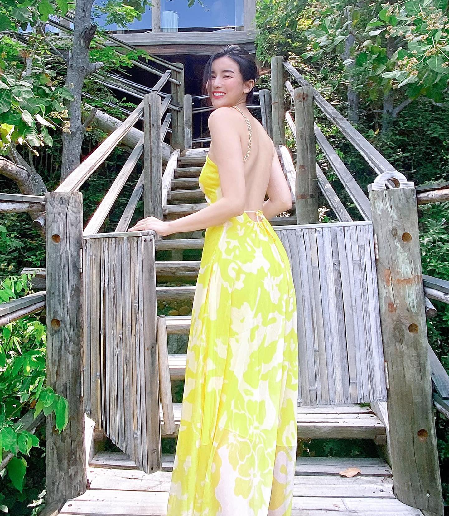 Cao Thái Hà cũng chọn đầm maxi hở lưng để đi biển. Thiết kế có tông vàng rực như nắng, tôn lên da trắng nõn nà.