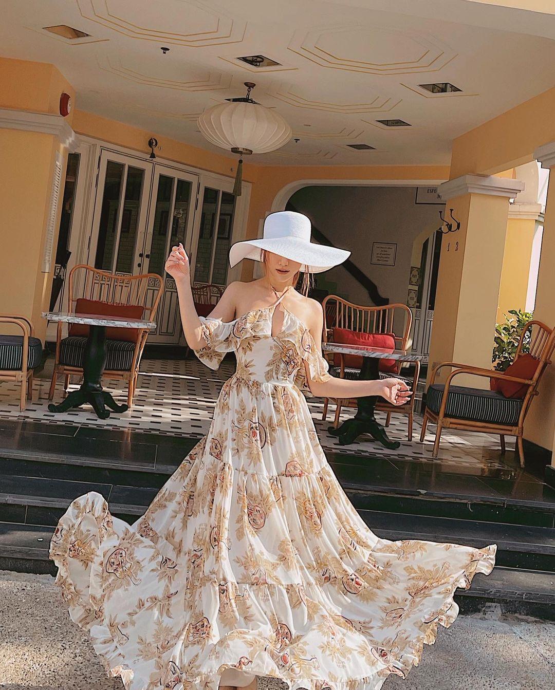 Đầm maxi hoa được Hạnh Sino diện khi đi biển. Trang phục tung bay trong gió giúp nữ ca sĩ có bức hình cực đẹp mắt.