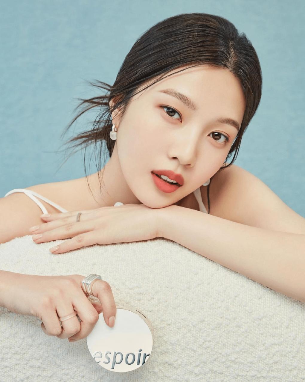 Là đại sứ lâu năm của Espoir, Joy cho thấy mình là lựa chọn vàng cho thương hiệu mỹ phẩm hàng đầu Hàn Quốc nhờ thần thái kiêu sa, biểu cảm đa dạng.