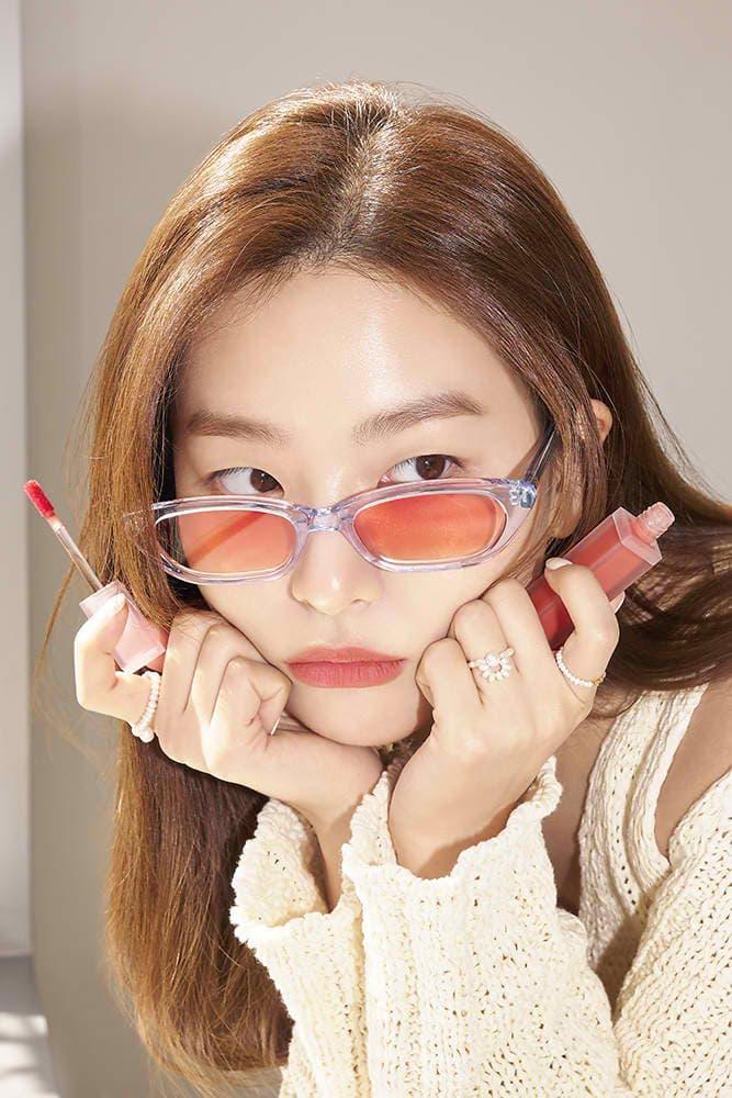 Trong bộ hình quảng bá đầu tiên Seul Gi chụp cho Amuse, cô nàng thể hiện được nét cá tính, hiện đại đặc trưng, tuy nhiên vẫn hòa hợp với lối trang điểm tươi tắn, trẻ trung của các sản phẩm hướng đến giới trẻ. Son môi, phấn má của Amuse chủ yếu có các tông màu như cam, đỏ khá đẹp mắt và dễ dùng.
