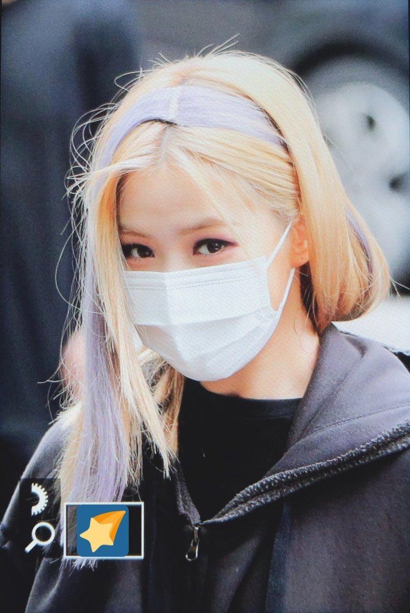 Bức ảnh mới của Ryu Jin (ITZY) khiến fan sốc vì mái tóc quá thảm họa. Nhìn qua, netizen tưởng nàng visual đang đeo một chiếc băng đô tím nổi bật trên mái tóc vàng bạch kim. Đến khi ngắm kỹ hơn, fan mới tá hỏa khi phát hiện ra đó là phần tóc giả được stylist thêm vào để tạo điểm nhấn. Cách gắn tóc giả siêu ẩu khiến mái tóc của cô nàng bị chia thành từng mảng rõ rệt, trông như bị... bong ra khỏi đầu.