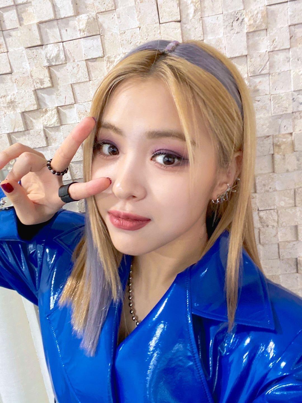 Ở một góc chụp khác do Ryu Jin tự selfie, phần tóc highlight này cũng không đỡ giả trân hơn. Thậm chí phần nối giả da đầu còn bị chê quá nghiệp dư, khiến diện mạo của cô nàng trông phèn đáng kể.