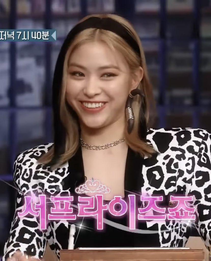 Tuy nhiên đến khi xuất hiện trên sân khấu, nàng visual lại khiến fan thở dài vì kiểu tóc quá khó hiểu.