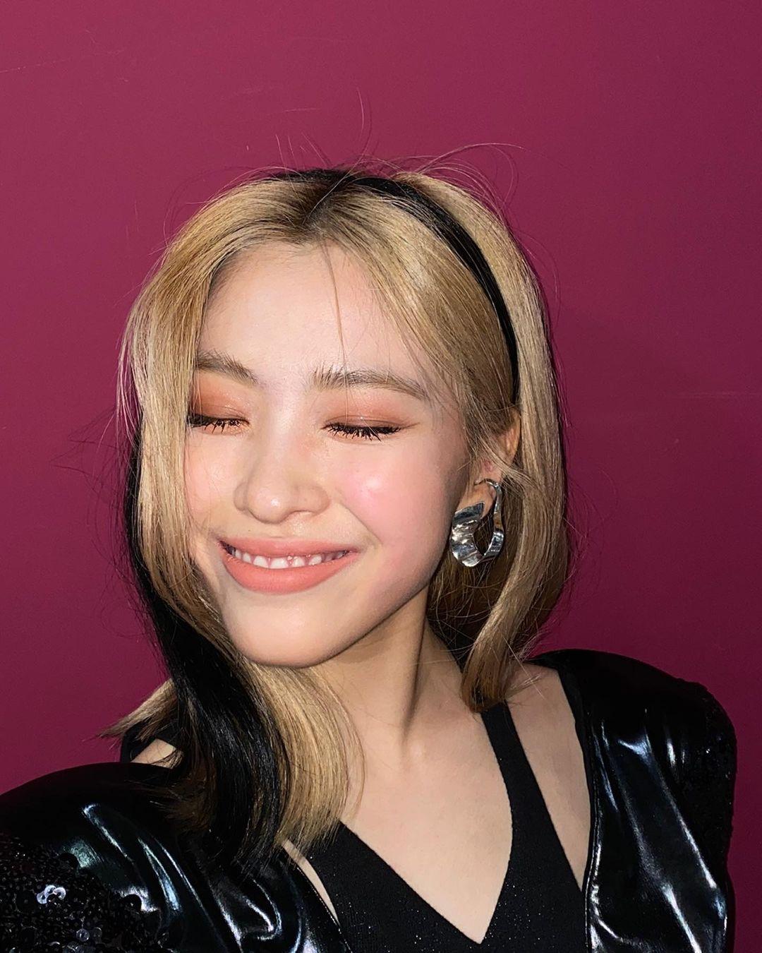 Phần tóc giả màu nổi bần bật so với nền tóc không những không giúp mỹ nhân ITZY thăng hạng nhan sắc mà còn khiến cô nàng trông sến sẩm, kém sang. Nhiều khán giả tức điên với stylist của JYP vì những màn sáng tạo đi vào lòng đất.