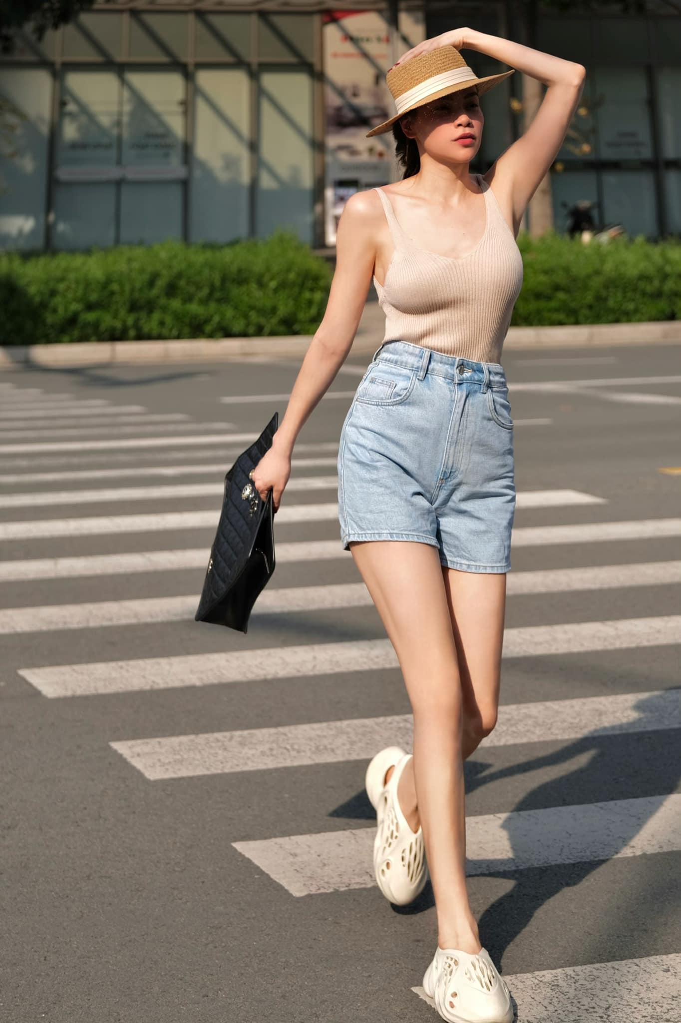 Hà Hồ diện đồ đơn giản nhưng khoe được vóc dáng săn chắc, nuột nà. Áo ôm sát body và quần shorts jeans được nữ ca sĩ tăng độ chất bằng phụ kiện mũ cói và túi Chanel size lớn.