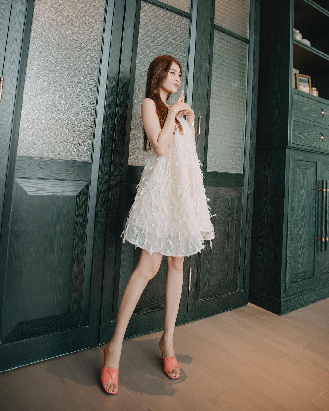 Lựa chọn của Lan Ngọc khi đi nghỉ dưỡng là chiếc váy suông rộng bay bổng, màu trắng tinh khôi và nữ tính.