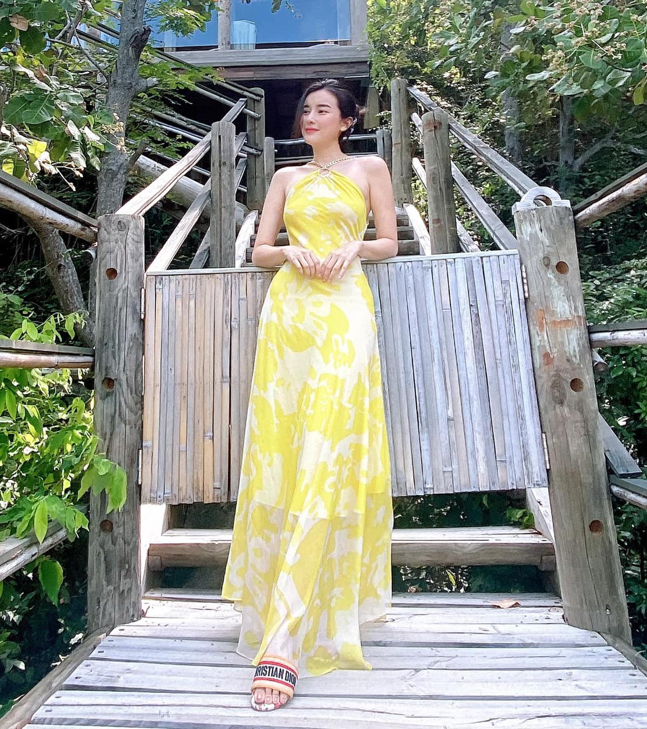 Váy maxi tông vàng tươi sáng và bay bổng là lựa chọn đầy lý tưởng khi đi nghỉ dưỡng của Cao Thái Hà.