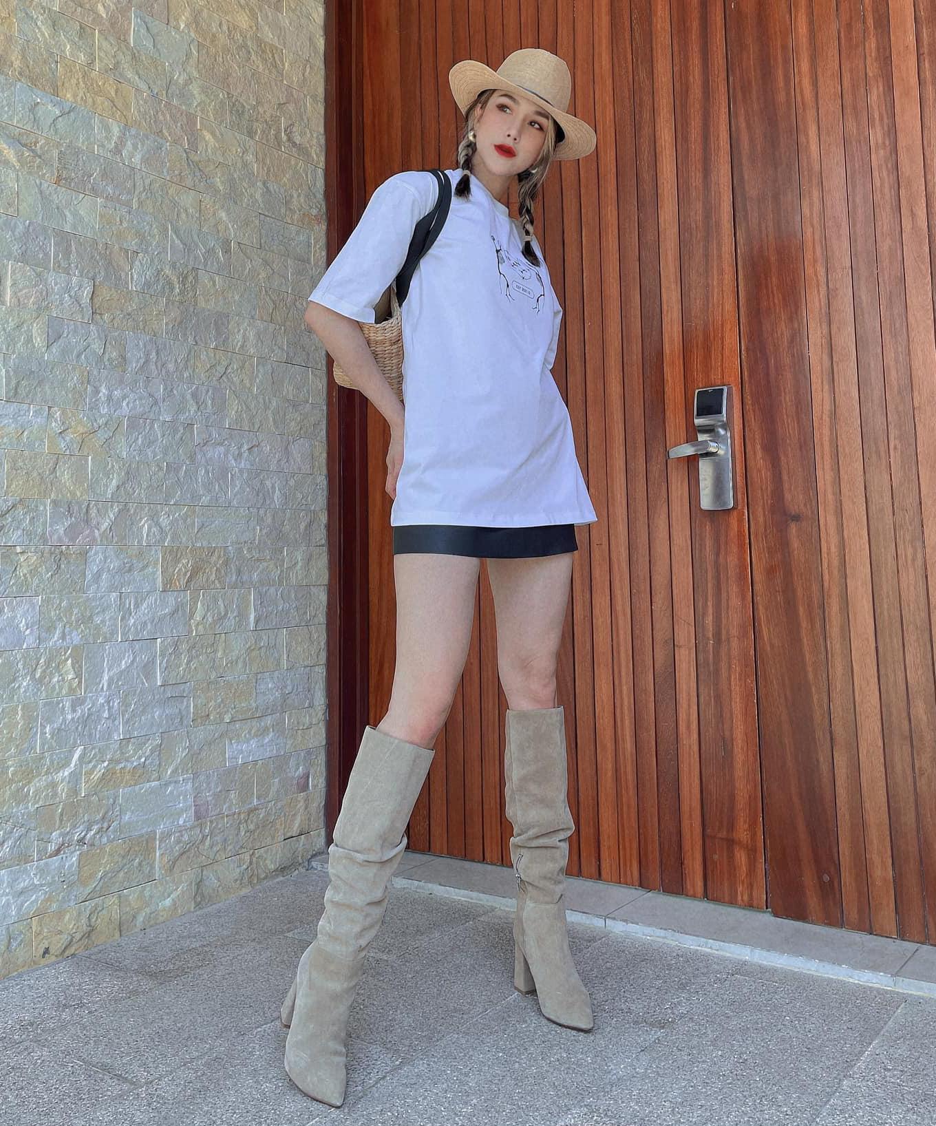 Diệp Lâm Anh chỉ cần diện áo thun và chân váy ngắn cũng chất lừ. Bà mẹ hai con rất cao tay trong khoản mix phụ kiện khi kết hợp mũ cói cùng boots cao đến gối.