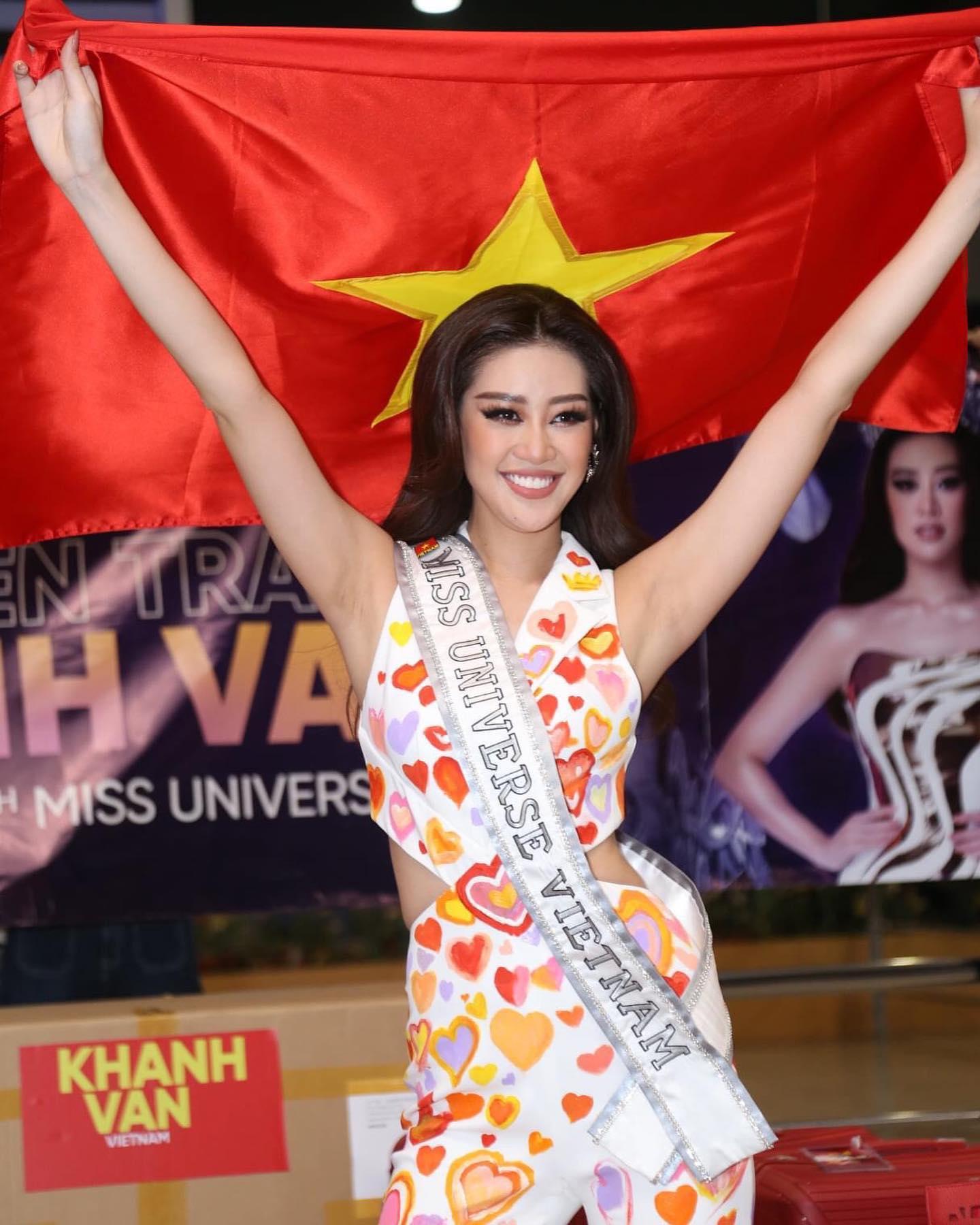 Bộ jumpsuit gửi gắm tình cảm của những người đồng hành cùng Khánh Vân trong cuộc thi.