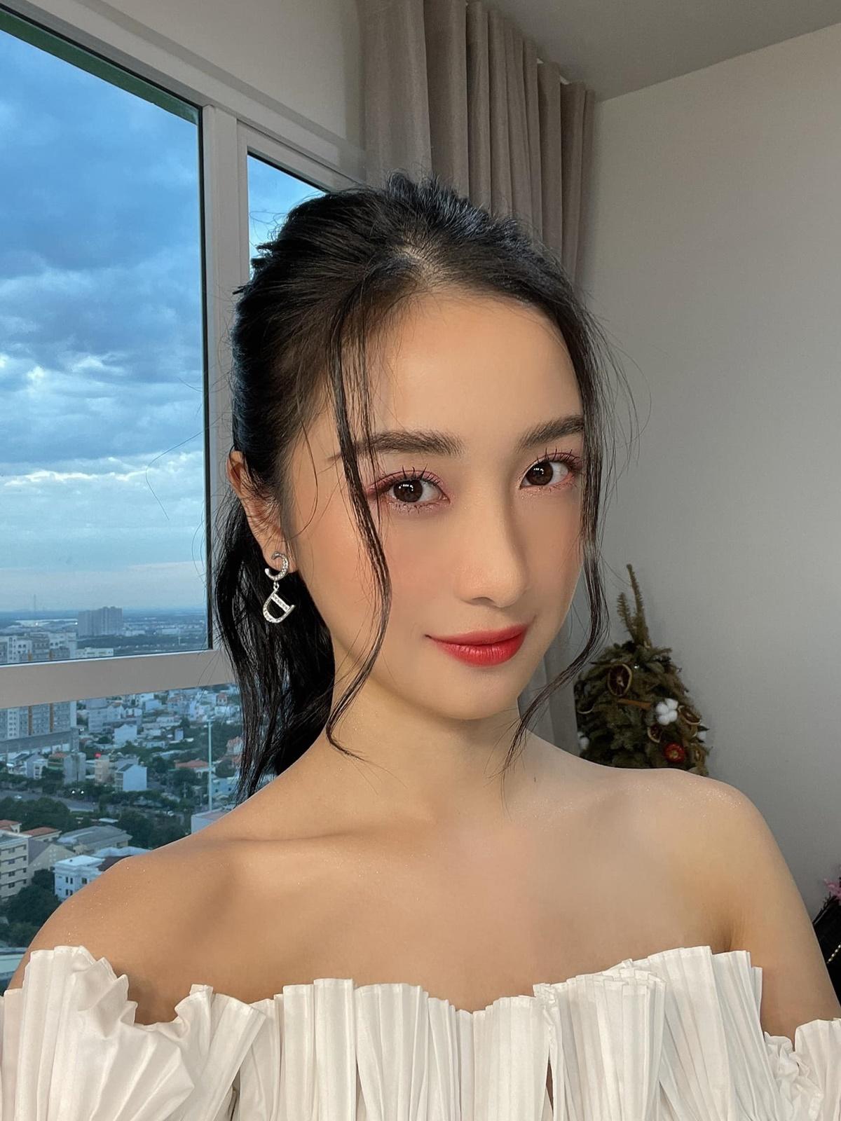 Sáng 3/5, Jun Vũ tới phim trường ở quận Bình Thạnh, TP HCM để quay phim truyền hình Mẹ ác ma, cha thiên sứ của đạo diễn Vũ Ngọc Đãng. Sau đó, cô sẽ bay ra Hà Nội trong ba tháng để theo đuổi dự án phim mới.