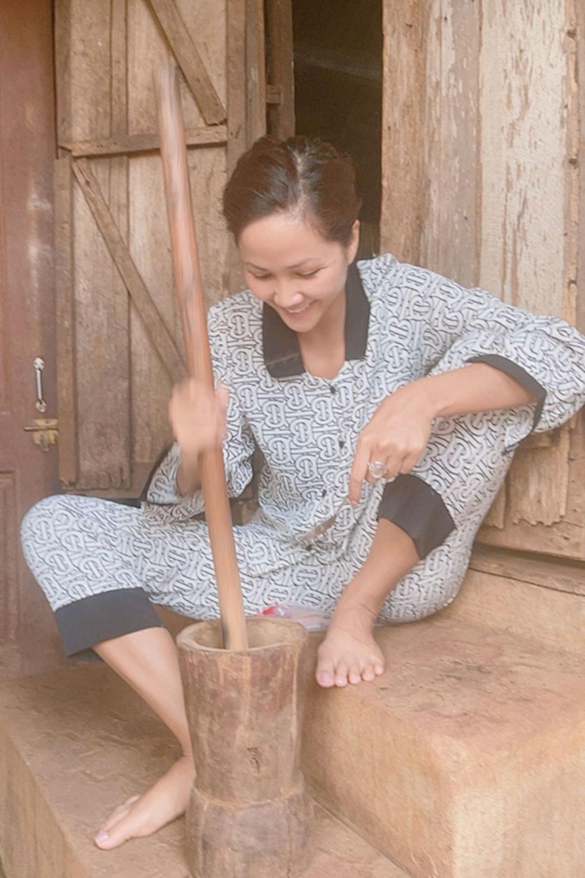 HHen Niê cùng cháu gái về Đắk Lắk nghỉ ngơi.