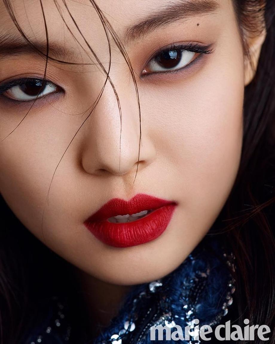 Trong những lần tô son đỏ chụp hình tạp chí hay quảng bá thương hiệu, Jennie luôn gây sốt với bờ môi trái tim quyến rũ. Cô nàng thể hiện sự biến hóa đa dạng với gam son đỏ thuần chất, không pha tạp.