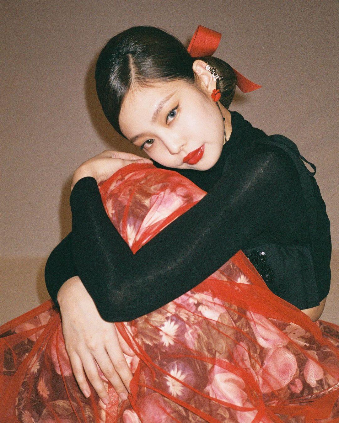 Dù trang điểm môi đậm theo phong cách cổ điển, nữ idol vẫn không bị cộng tuổi mà đẹp như cô tiểu thư quý tộc.