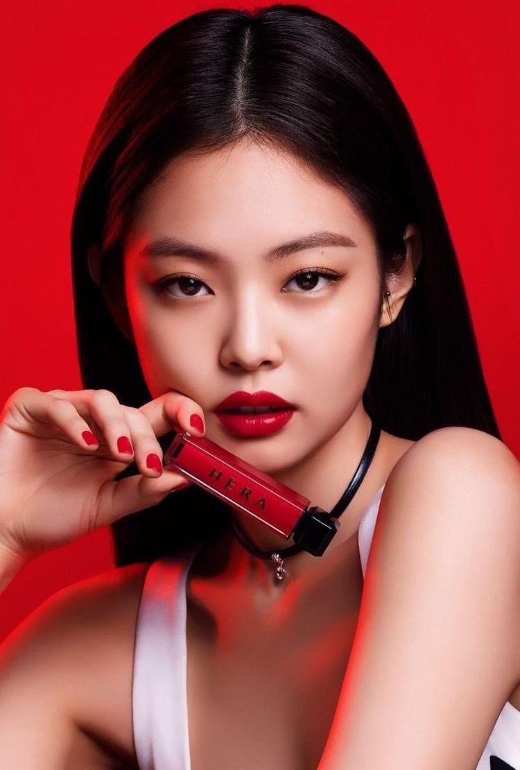Cũng nhờ nhan sắc cực phẩm của Jennie khi tô son đỏ, thỏi son của Hera được cô nàng quảng bá nhanh chóng trở thành sản phẩm đắt khách, được rất nhiều cô gái tìm mua theo.