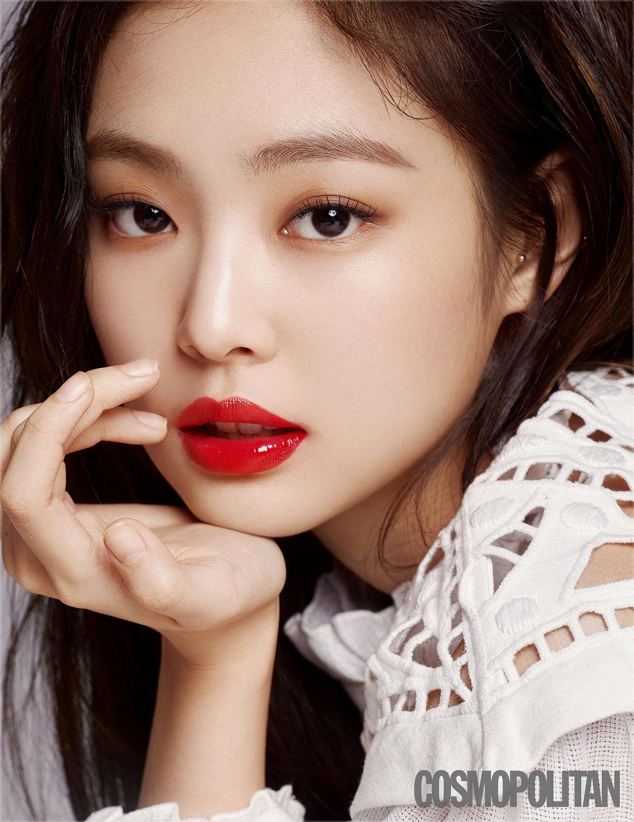 Cùng một màu son nhưng Jennie lúc trông đầy cá tính, sắc sảo, lúc lại ngọt ngào tựa nàng thơ.