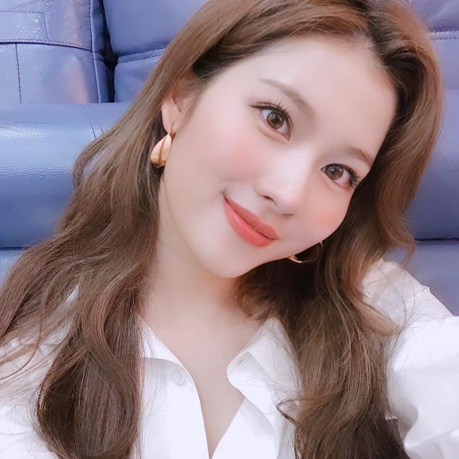 Kết hợp cùng màu son cam đào xinh xắn này, stylist của Twice cũng thường cho cô nàng trang điểm mắt, má cùng tông, tạo nên tổng thể trẻ trung, đáng yêu.