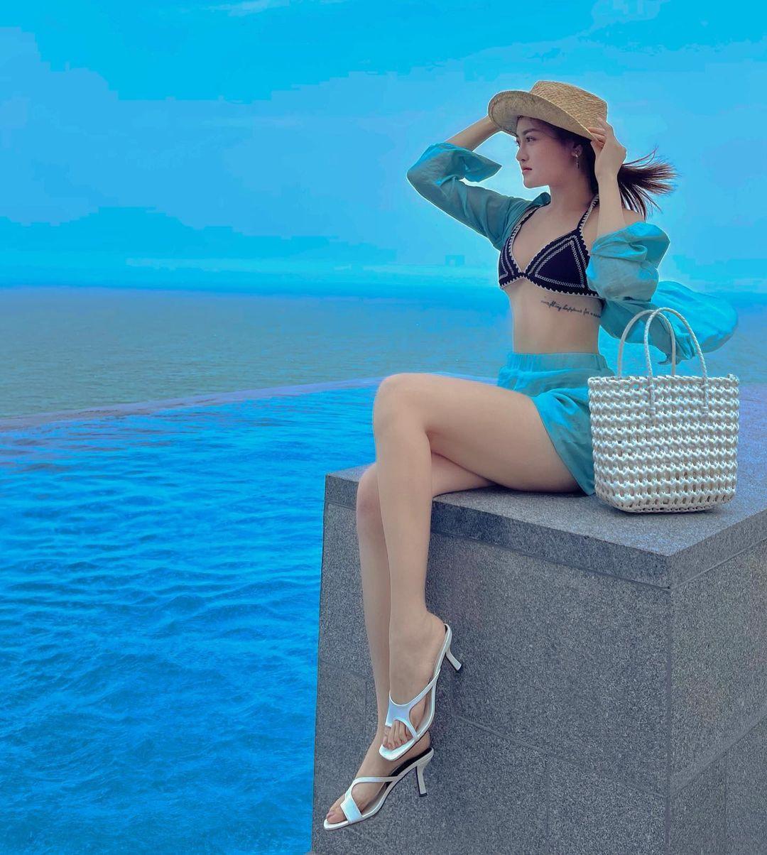 Diện bikini cùng set đồ voan bay bổng, Thùy Anh khoe đường cong nửa kín nửa hở và hình xăm ở chân ngực.