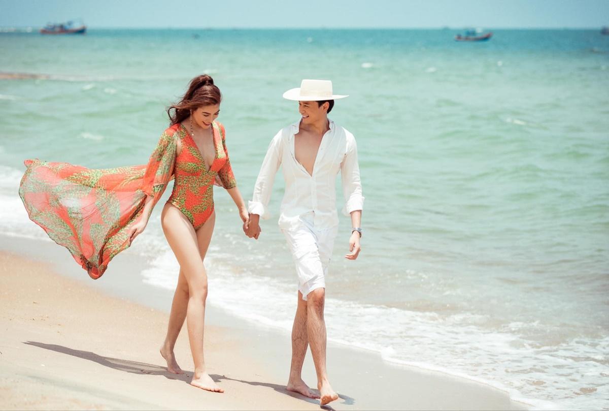 Hôm 30/4, diễn viên Anh Dũng lần đầu công khai tình cảm với Trương Ngọc Ánh sau khoảng hai năm quen nhau. Anh đăng ảnh nắm chặt tay, nhìn bạn gái đắm đuối không rời khi cùng cô đi dạo trên biển. Bạn bè, đồng nghiệp gửi lời chúc phúc tới cặp đôi.
