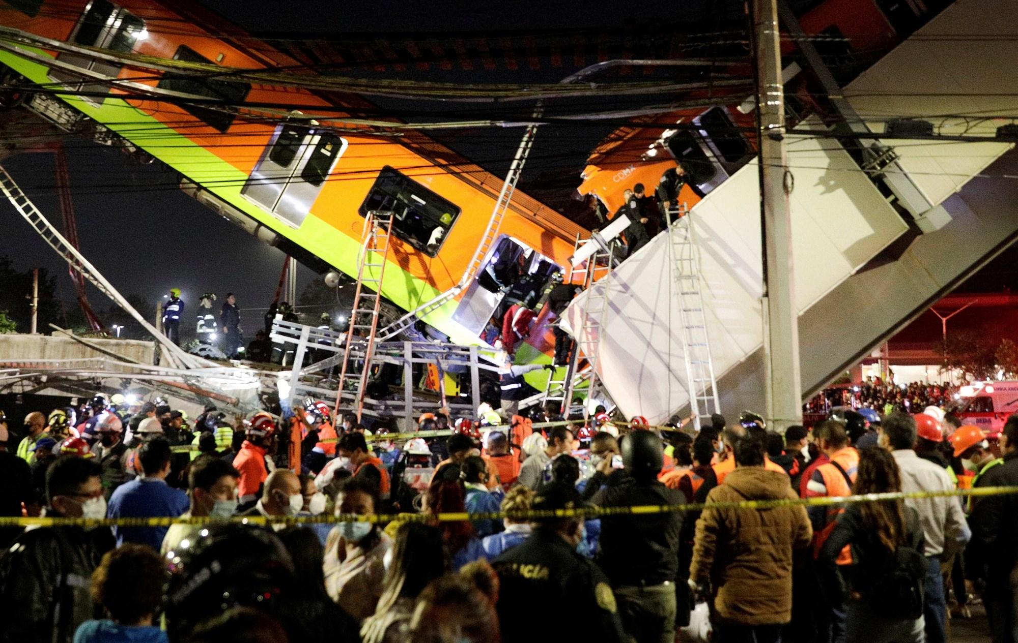 Cầu gãy sập khiến toa tàu lao xuống đất. Ảnh: Reuters.