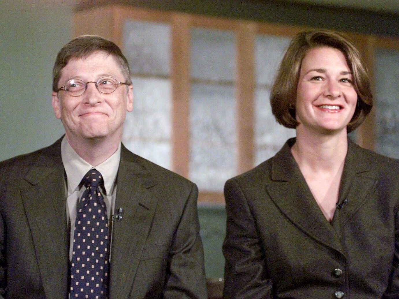 Bill lần đầu gặp Melinda năm 1987, khi bà gia nhập Microsoft. Bill hỏi liệu bà có thể đi hẹn hò cùng ông 2 tuần kể từ tối nay không. Melinda trêu chọc Bill có chút gượng gạo và đưa số điện thoại, bảo ông gọi cho bà gần ngày mà ông dự định đi hẹn hò. Thay vào đó, Bill hẹn Melinda ngay buổi tối hôm đó.