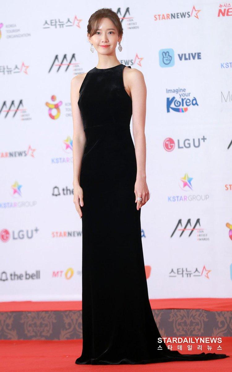 Một lần nữa diện váy đen trơn cảm hứng cổ điển, Yoona ghi điểm với vẻ đẹp kiêu sa, đài các chẳng kém Audrey Hepburn. Trang phục ôm nhẹ nhàng vào vòng eo, phía sau kèm tà dài quét đất giúp người đẹp đơn giản nhưng không bị nhàm chán.