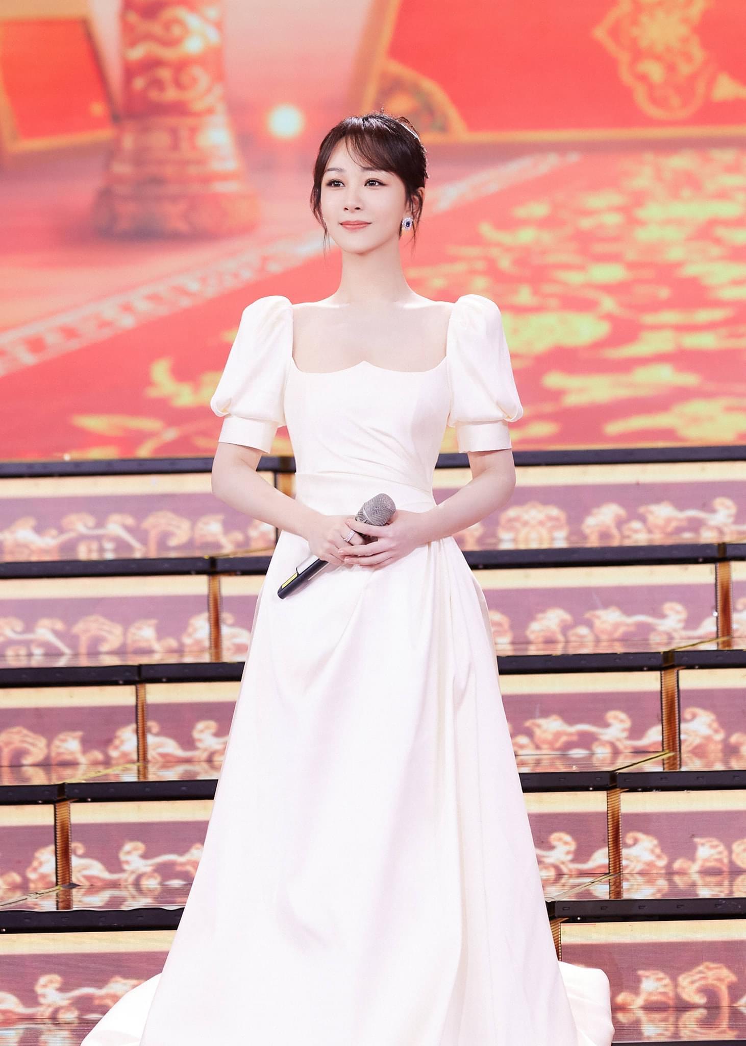 Dương Tử ngày càng nâng tầm nhan sắc sau khi giảm cân thành công. Nữ diễn viên chọn đúng kiểu váy giấu nhược điểm cơ thể, đẹp thuần khiết như một nàng công chúa.