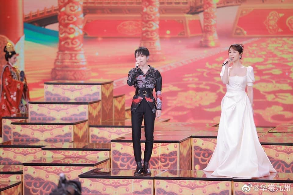 Dương Tử kết hợp biểu diễn cùng center của nhóm The9 Lưu Vũ Hân.