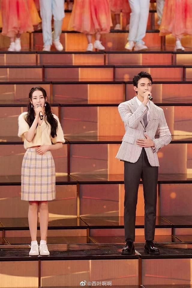 Cặp đôi Trường Ca Hành Ngô Lỗi - Địch Lệ Nhiệt Ba đẹp đôi khi đứng chung sân khấu. Cả hai nhìn cực kỳ đẹp đôi dù nam diễn viên kém đàn chị tận 7 tuổi.
