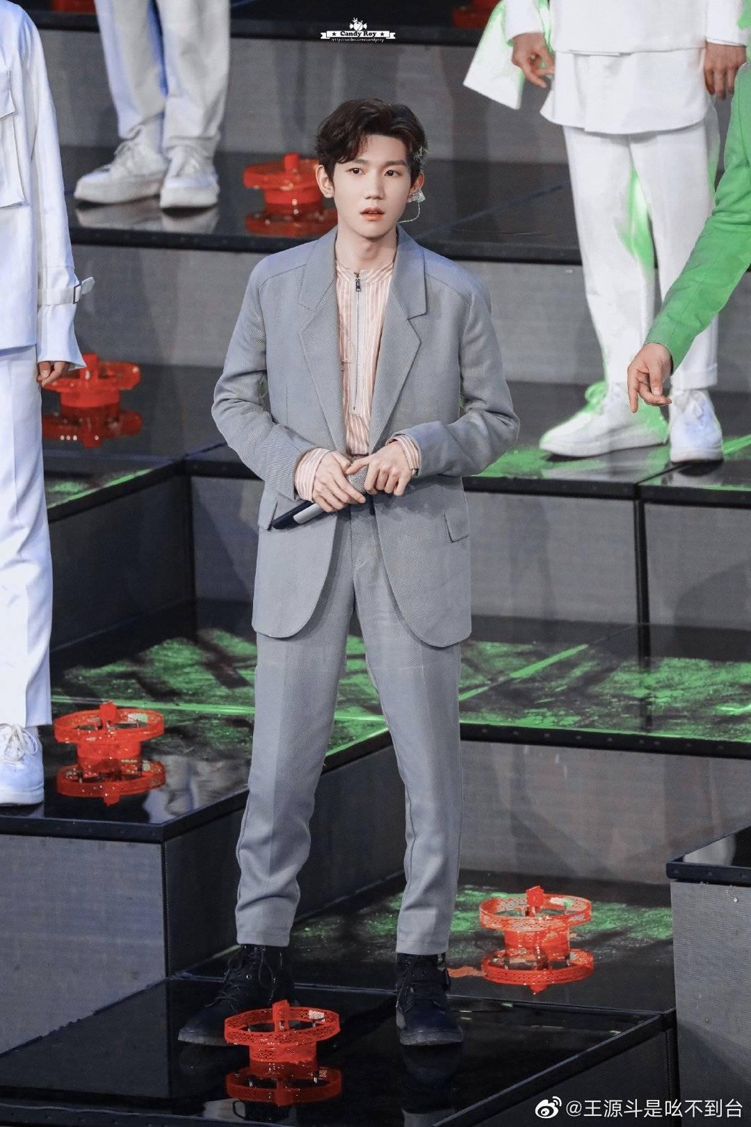 Vương Nguyên thử khả năng rap trên sân khấu của đài CCTV.