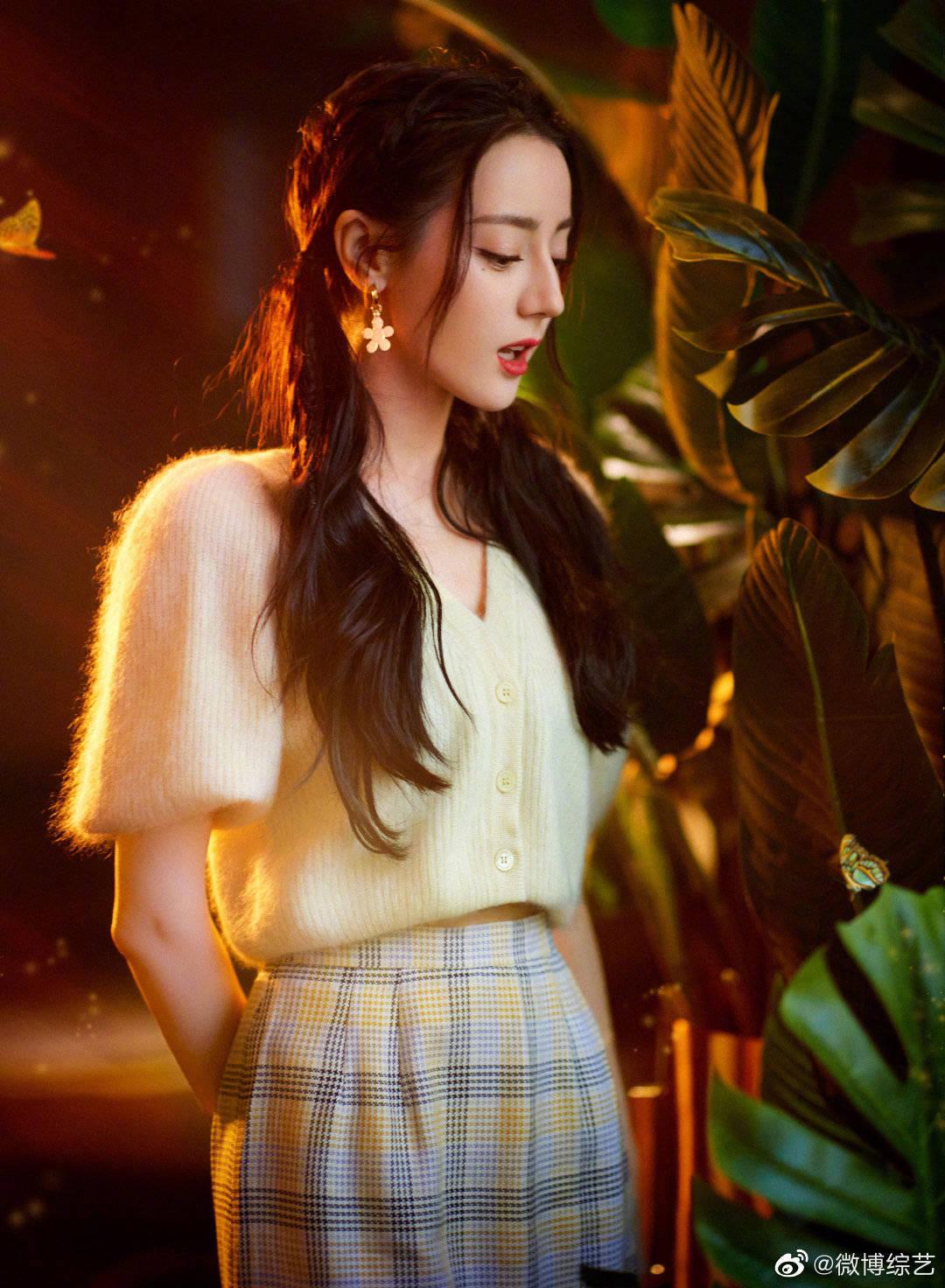 Nhiệt Ba chọn style đậm chất nữ sinh ngọt ngào với kiểu tóc buộc hai bên, chân váy ngắn kẻ caro.