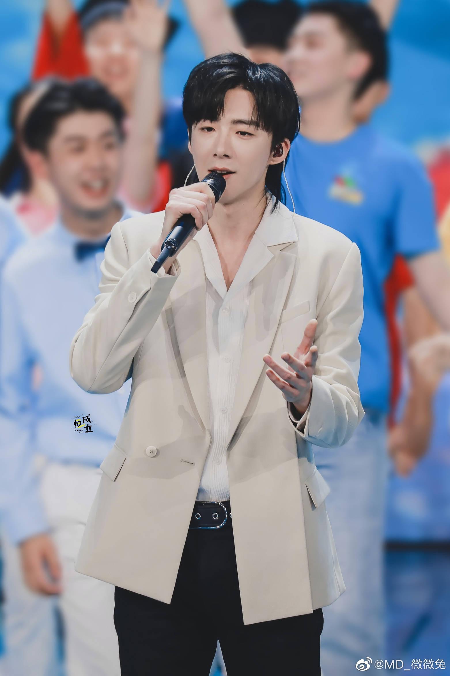 Một ngôi sao khác của Trường Ca Hành cũng tham gia biểu diễn là Lưu Vũ Ninh. Anh chàng là tiktoker nổi tiếng với chất giọng truyền cảm và mới lấn sân sang diễn xuất.
