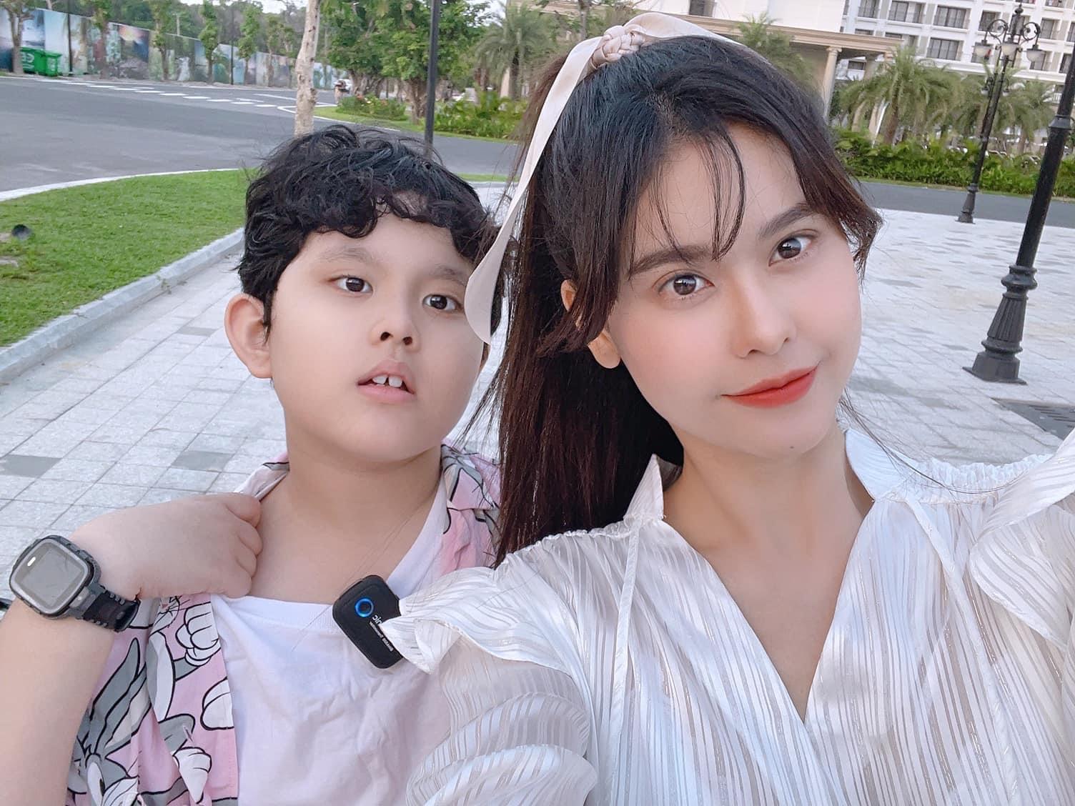 Trương Quỳnh Anh trẻ trung bên con trai ngày một lớn.