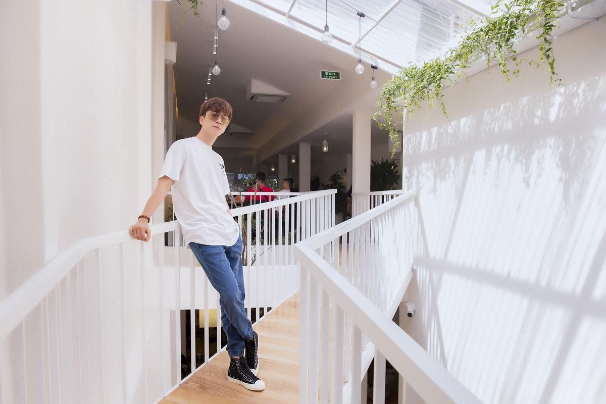 Ngô Kiến Huy chụp hình tại không gian quán cà phê mới mở.