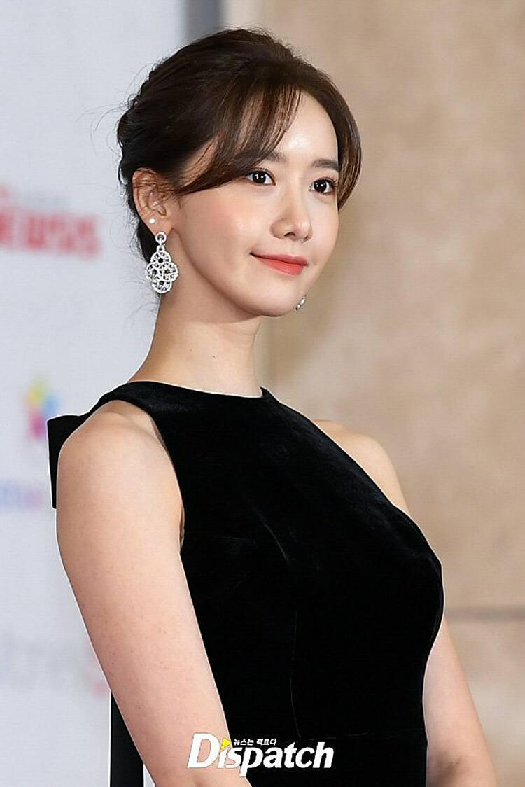 Kiểu tóc búi cùng cách chọn trang sức lấp lánh tinh tế tăng thêm nét yêu kiều cho Yoona trên thảm đỏ. Nữ idol cho biết, bản thân cô cũng rất thích kiểu tóc này.