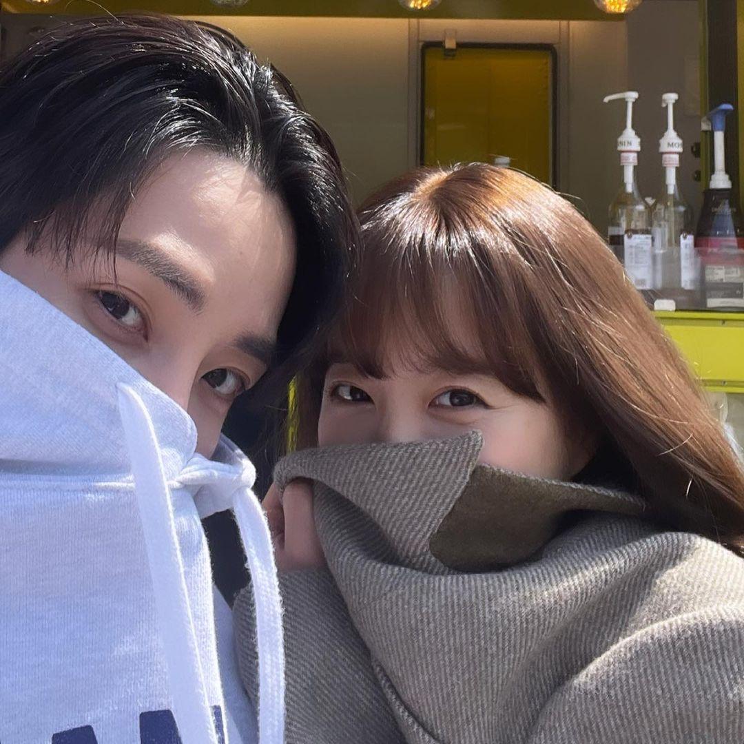 Lee Soo Hyuk và Park Bo Young rủ nhau chụp selfie trên trường quay Doom At Your Service.