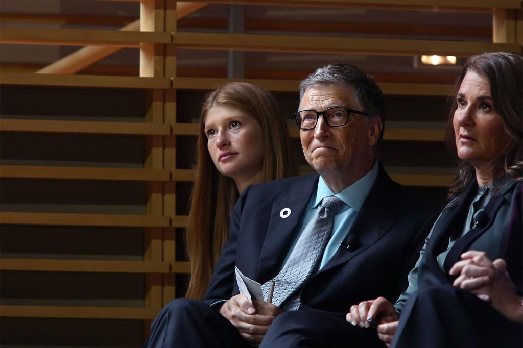 Jennifer Gates chụp hình cùng bố mẹ.
