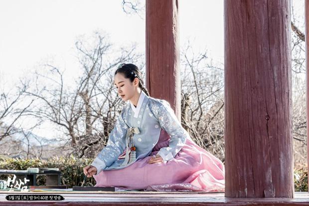 [Bộ phim cổ trang Bossam: Steal The Fate với sự tham gia của Kwon Yu Ri (SNSD) và Jung Il Woo. Nội dung phim xoay quanh  câu chuyện tình lãng mạn và ngang trái giữa nàng công chúa Soo Kyung (Yu Ri) và một người đàn ông tên Ba Woo (Jung Il Woo). Nam chính Ba Woo kiếm sống bằng tục bắt vợ - một tục lệ xưa của Hàn Quốc khi người đàn ông sẽ bắt cóc cô gái mình muốn làm vợ. Đơn hàng của Ba Woo là một công chúa nhưng vì nhầm lẫn, anh đã bắt cóc đúng Soo Kyung. Soo Kyung cũng là một công chúa nhưng cô đã kết hôn và trở thành goá phụ vì chồng qua đời ngay sau hôn lễ. Sự nhầm lẫn này đã khiến cuộc đời của cả hai người thay đổi hoàn toàn.