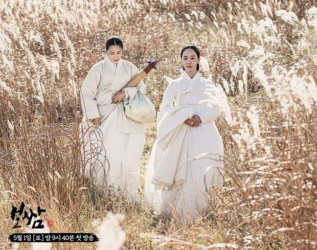 Lần đầu thử sức đóng chính trong một phim cổ trang, Yu Ri đã khiến các fan hú hét khi trông cực hợp với tạo hình hanbok. Gương mặt của Yu Ri càng tôn lên nét đẹp cổ điển với lối trang điểm nhẹ nhàng trong phim. Nhiều người nhận xét, nhìn cứ tưởng Yu Ri kém nổi bật nhưng khi đóng phim trông còn đẹp hơn cả visual xịn của SNSD như Yoon Ah.