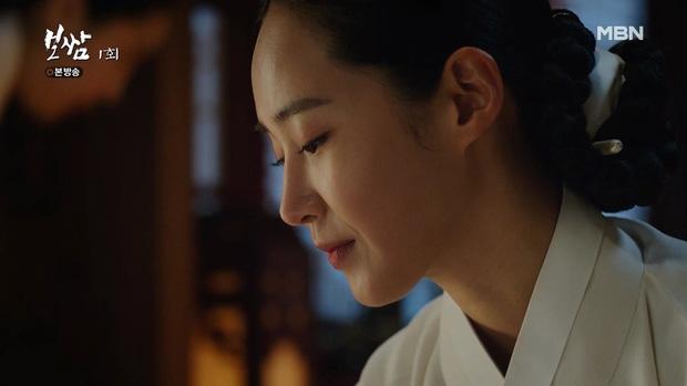 Sự xuất hiện của Yu Ri trong tập đầu của phim nhận về nhiều lời khen cả về ngoại hình và diễn xuất. Nhan sắc tuổi 31 của Yu Ri mặn mà, diễn xuất tự nhiên, trang nhã, cực hợp với nhân vật Soo Kyung, một cô công chúa nhưng chồng lại chết ngay trong đêm tân hôn.