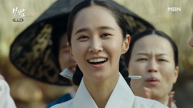 Diễn biến nội dung tập 1 Bossam: Steal The Fate  được thể hiện khá nhanh. Tập tục dưới thời Joseon được gọi là bossam - đề cập đến việc bắt cóc một góa phụ vào lúc nửa đêm để gả cho một người đàn ông khác. Tuy nhiên, việc bắt cóc một công chúa đã mang đến bước ngoặt không ngờ cho Ba Woo.