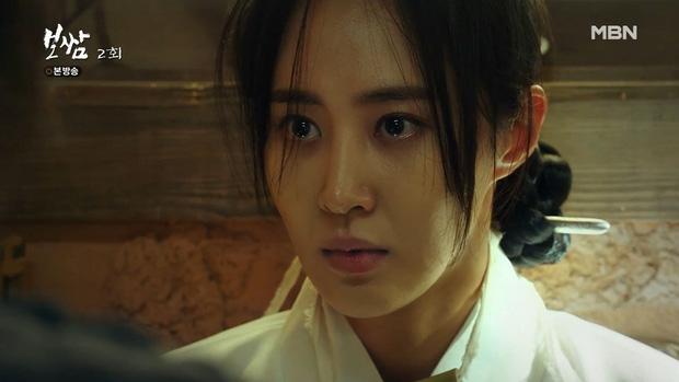 Sự biến mất của Soo Kyung đã làm ảnh hưởng đến triều chính và sự nổi dậy của các bộ tộc phía Bắc. Nội dung của Bossam: Steal The Fate không đơn thuần chỉ là mối quan hệ ngang trái của hai nhân vật chính mà còn có cả những mưu đồ chính trị, cuốn hút người xem.
