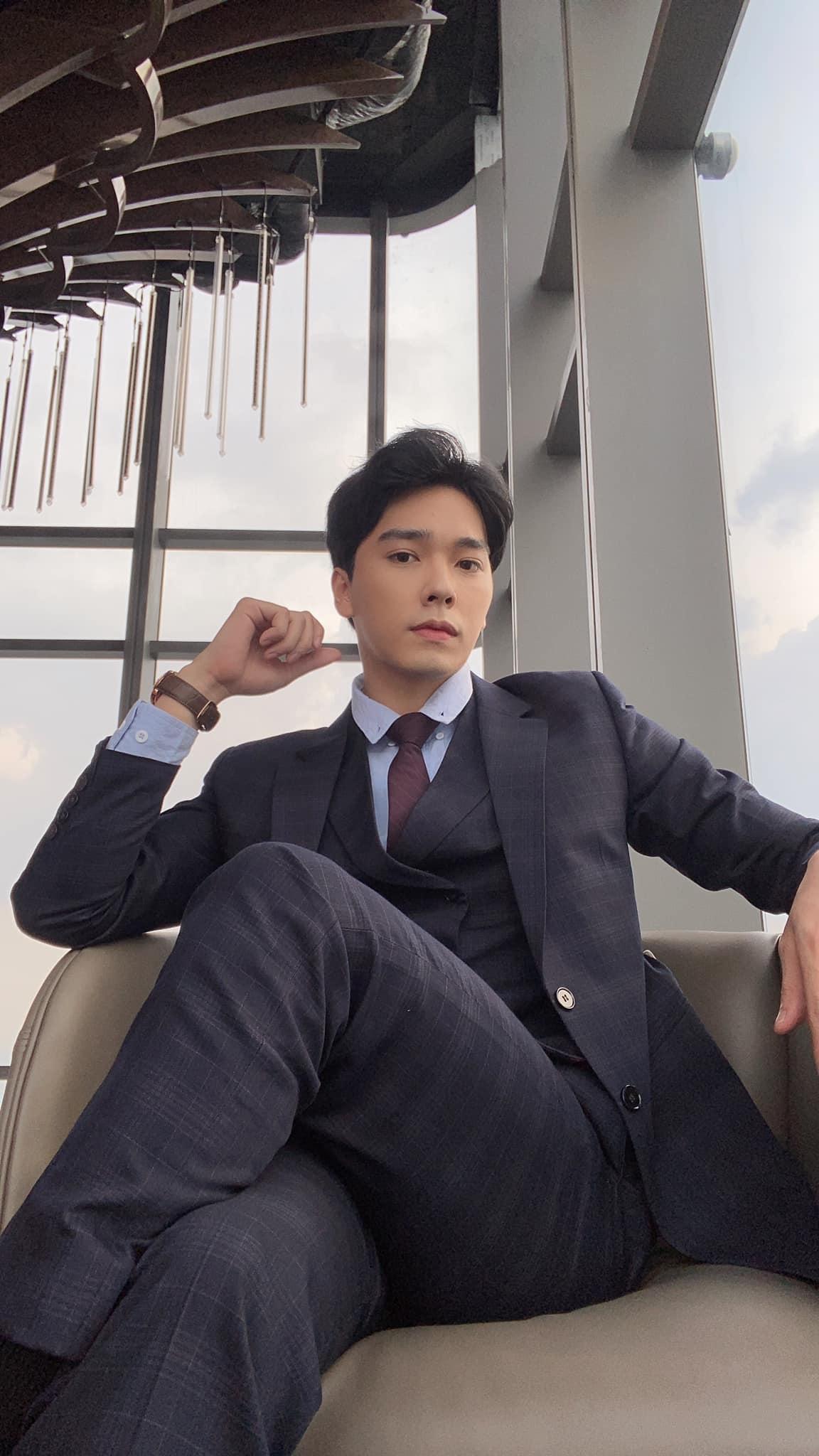 Hải Nam được khen như chủ tịch trong các bộ phim khi diện vest.