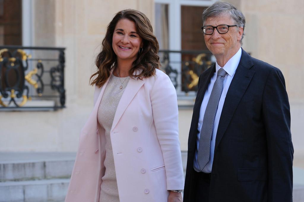 Bill Gates (phải) và vợ Melinda ly dị sau 27 năm chung sống.