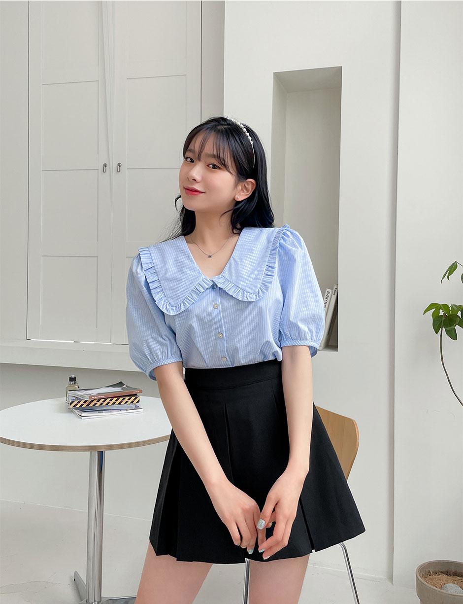 Mang hơi hướng nữ sinh nên áo hợp nhất khi mix cùng chân váy xếp ly, dù diện đi học hay đi chơi đều xinh xắn.