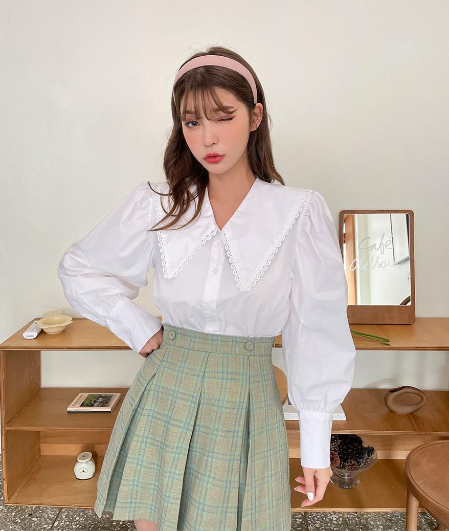 Phong cách vintage kiểu thập niên 90 đang trở lại mạnh mẽ và sơ mi cổ bẻ to bản chính là một kiểu mốt đặc trưng trong số đó. Chiếc áo này mang đến cho các cô gái diện mạo rất xinh xắn và nhẹ nhàng, phảng phất nét cổ điển.