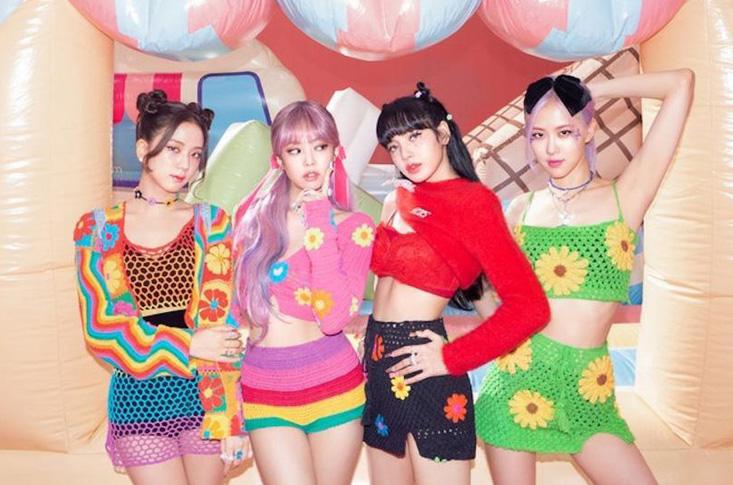 Thời điểm phát hành MV Ice Cream năm ngoái, Black Pink từng gây sốt khi diện những bộ quần áo len móc rất màu hè. Từng là style thịnh hành những năm 2000, nhờ girlgroup hàng đầu Kpop lăng xê, đồ len móc gợi cảm nhưng cũng đầy cá tính mới quay trở lại được các cô gái yêu thích.