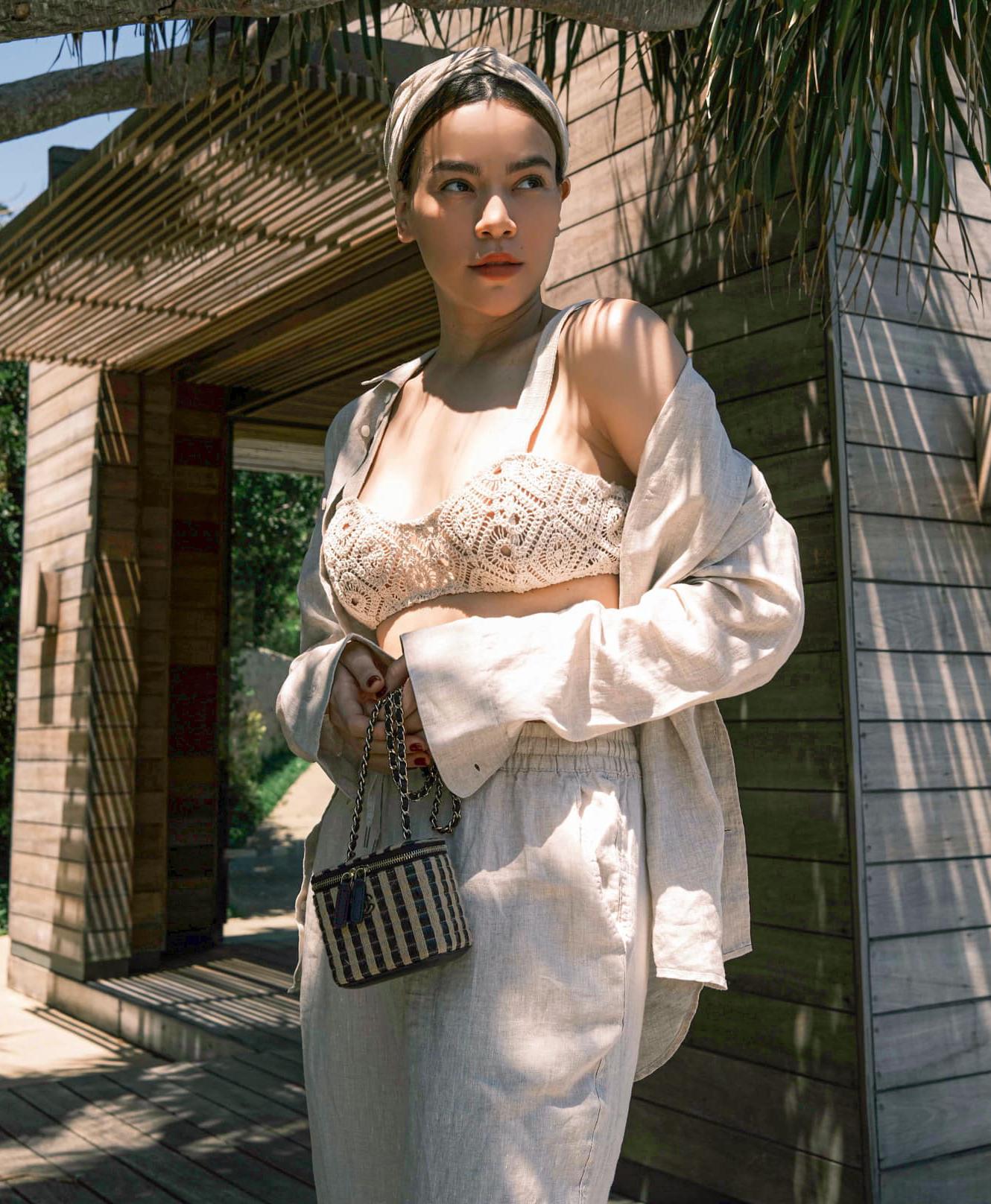 Đi nghỉ dưỡng, Hà Hồ lên đồ sang xịn khi kết hợp hai chất liệu siêu mát mẻ là len móc và linen, tạo nên bộ cánh đậm chất resort.