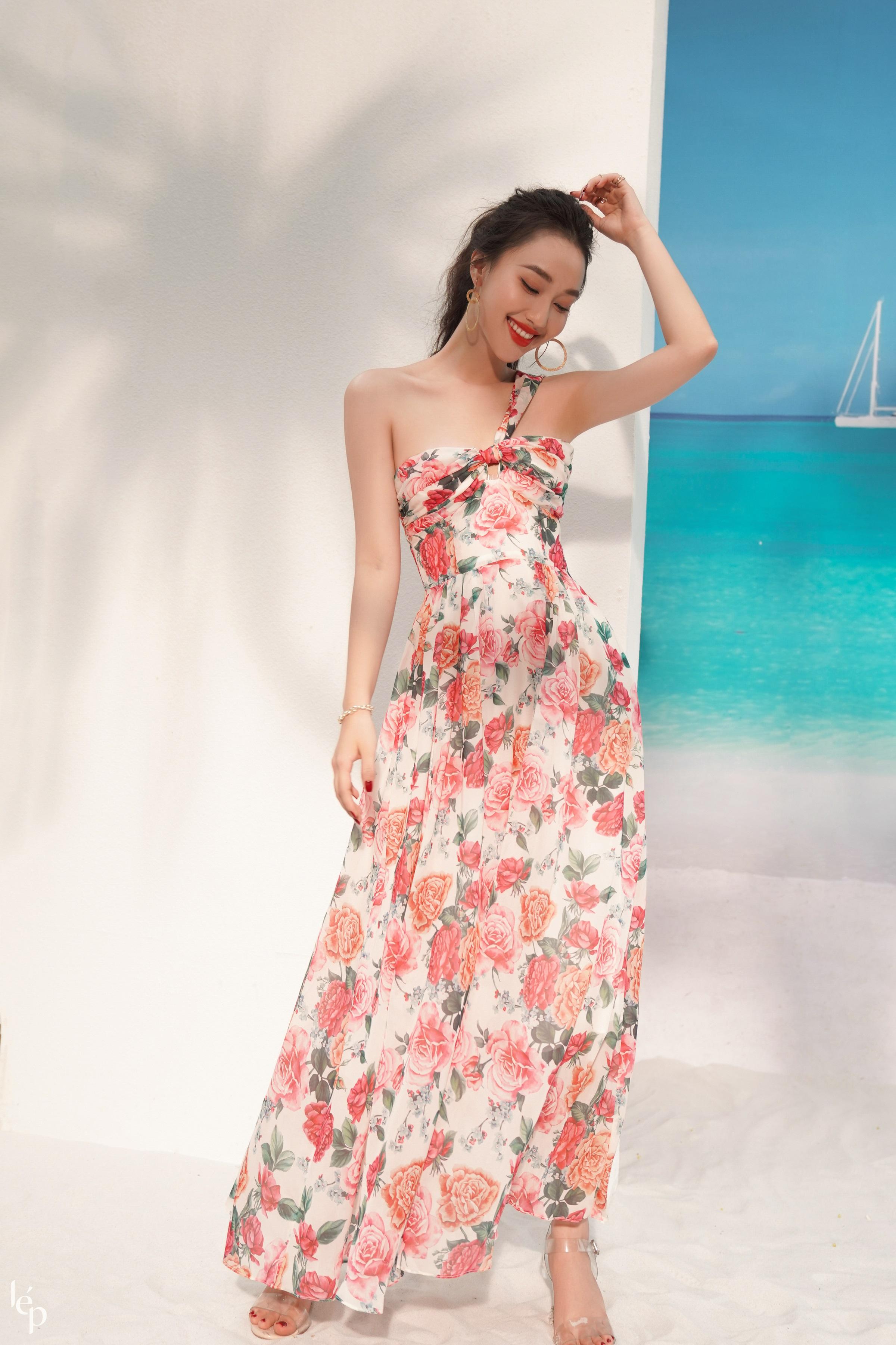 Nhiều trang phục có mang màu sắc rực rỡ và họa tiết nổi bật, tăng phần tự tin, quyến rũ cho phái nữ. Thiết kế thích hợp với những bữa tiệc ngoài trời, trong khung cảnh biển xanh, cát trắng.